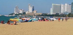 spiaggia thailandia con bagnanti e motoscafi